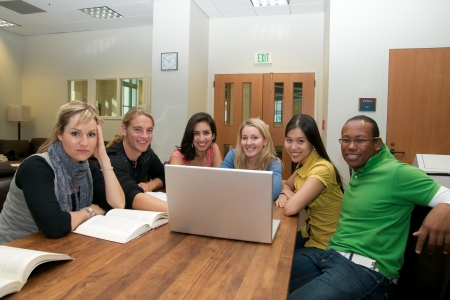 Grupo de estudiantes multiculturales estudiar con ordenador port�til en sala de estudiantes