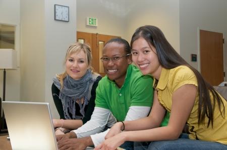 しんじゅく多文化共生のラップトップでの留学学生ラウンジ 写真素材