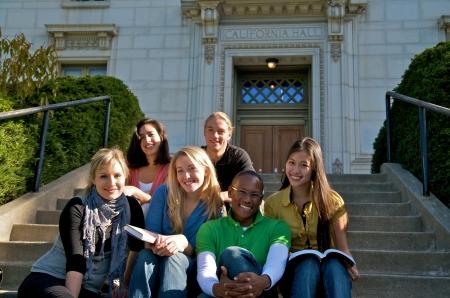 Grupo de aire libre multicultural grupo de alumnos estudiando