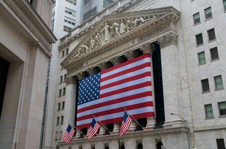 stock  exchange: USA Banderas de Wall Street en la Bolsa de Nueva York Bolsa de Nueva York, Nueva York