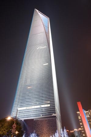 밤 푸동에있는 세계 금융 센터 (SWFC). 에디토리얼