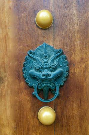 Dragon Door Handle at Jing An Temple Shanghai Stock fotó
