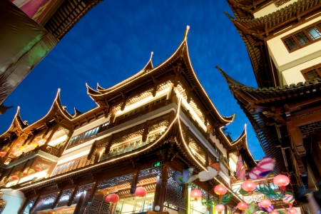 Pagodas en la noche en la vieja China de Shanghai, el turismo en auge en el viejo Shanghai