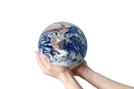 Een hand die een wereldbol, het opslaan van milieu recycle