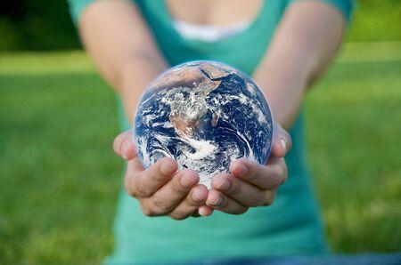 recycler: Une main tenant un globe, sauvegarde de l'environnement recyclage Banque d'images