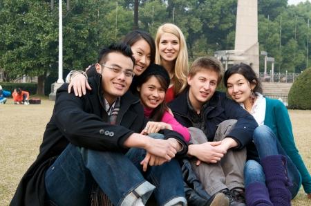 Groep lachende studenten op de campus Stockfoto