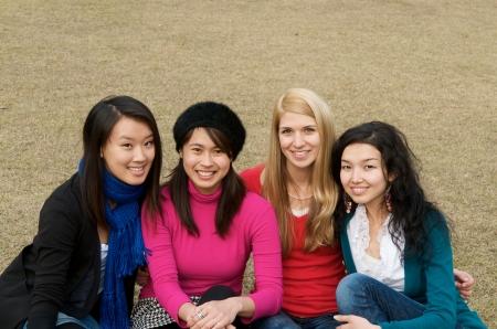 Groep van 4 vrouwelijke studenten buiten Stockfoto