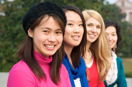 Vrouwelijke studenten buiten in een lijn