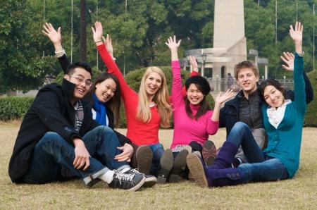 Groep van 6 studenten outdoor juichen