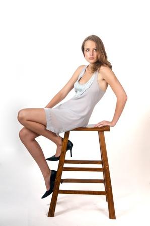 sexy girl sitting: sexy ragazza seduta su sfondo bianco.