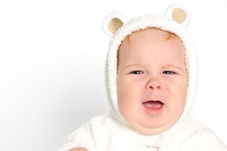 ojos llorando: Lindo bebé sonriente rubia en traje de oso