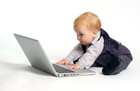 Prodigy: blond dziecko w garnitur pracy z laptopem