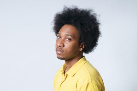 garcon africain: Afrique ado dans la chemise jaune avec le regard afro