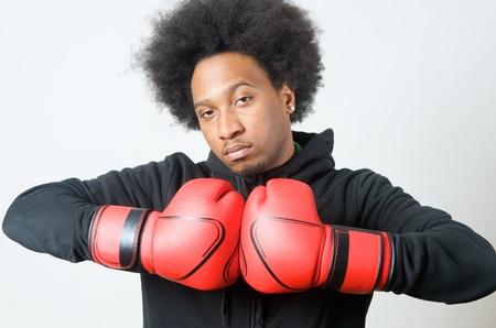 garcon africain: Boxer noir avec des gants de boxe rouges