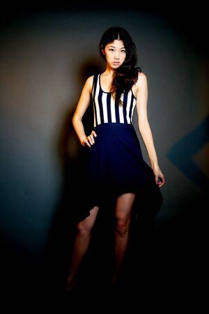 Chiński dziewczyna w czarnej sukience pasek stwarzających
