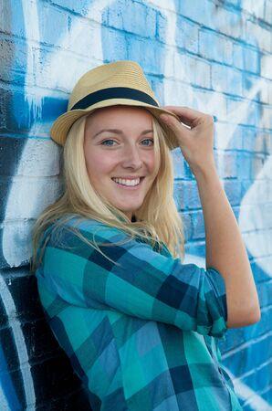 rubia ojos azules: Chica rubia con sombrero con el cielo azul