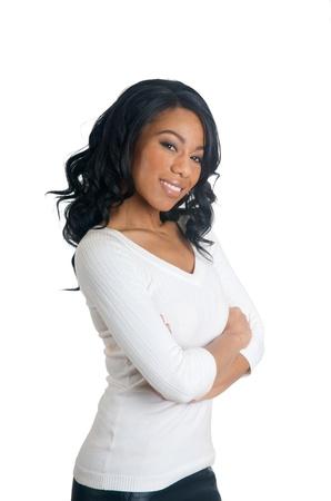 Mujer afroamericana con los brazos cruzados