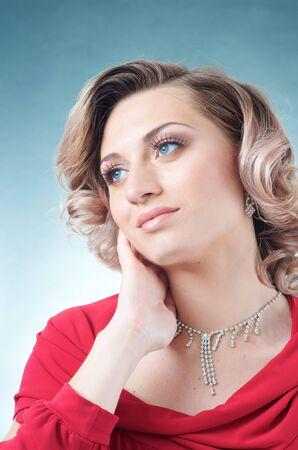 행복 한 금발 백인 여자 빨간 드레스 스톡 콘텐츠 - 15244389
