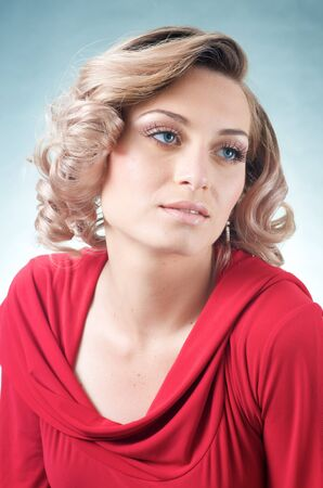 빨간 드레스에 관능적 인 금발 백인 여자 스톡 콘텐츠 - 15244383