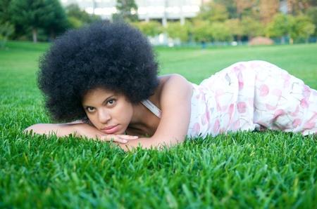自然の中で見て美しいアフロ アフリカ系アメリカ人モデルの肖像画 写真素材 - 15244398
