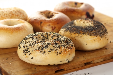 Bagels deliciosas en una tabla de cortar photo