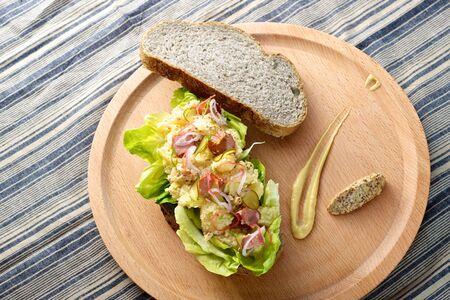 Frische köstliche Kartoffel-Salat-Sandwich auf Schneidebrett Standard-Bild - 21932015