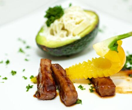 白い皿にアボカドとおいしいグルメ料理