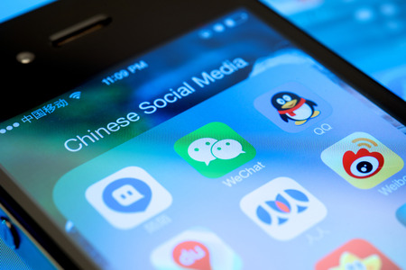 Shanghai, China - 30 de diciembre de 2013: La emergencia de China los medios sociales y el surgimiento de WeChat de Tencent para competir con Facebook.