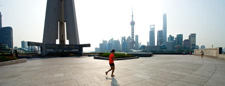 상하이, 중국 - 2014 년 8 월 6 일 : 실행중인 사람들과 일출 상하이 스카이 라인의 아름 다운 경치.
