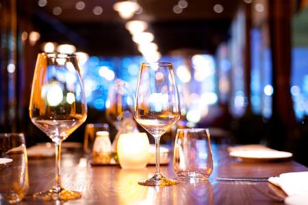 レストランでの夕食のテーブルをセットアップ 写真素材