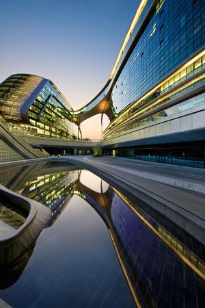 상하이, 중국 - 2015년 6월 5일 : 상하이 소호 홍교 건물입니다. 상해 홍교 공항 근처 현대 미래형 건축 사무실 건물. 자하 하디드가 디자인.