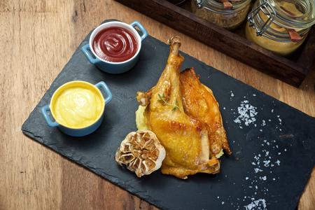 pollo a la brasa: Pollo a la parrilla con puré de patatas plato en placa de piedra negro de la visión superior