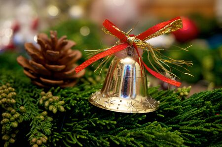 pomme de pin: Christmas bell with pine cone on christmas background
