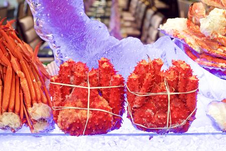 carne roja: Alaskan King Crab en el restaurante bufé Foto de archivo