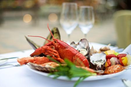 mariscos: Pescados y mariscos de la langosta en el vector en restaurante buffet