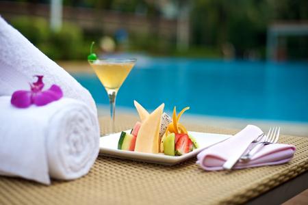 alimentos y bebidas: Plater alimentos con bebidas de vacaciones en la piscina