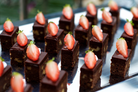postres: postres de chocolate con fresas en la comida fría en un restaurante Foto de archivo