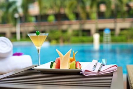natacion: Plater alimentos con bebidas de vacaciones en la piscina