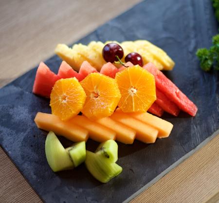 Placa de la fruta en la pizarra