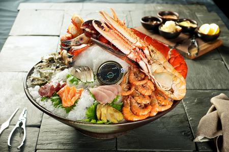 manjar: Plato de mariscos con sabrosa langosta gigante