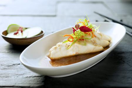 Creatieve fijne diner visschotel op bord Stockfoto