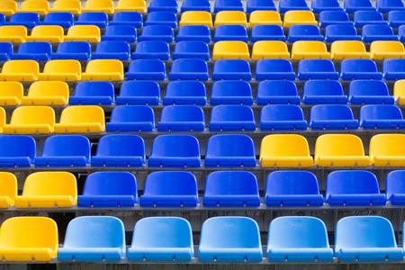 gele, blauwe stoelen in sportarena Stockfoto
