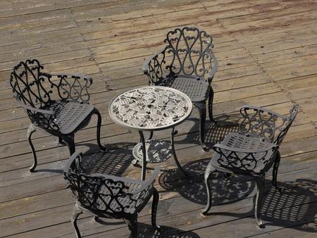 pisos de madera: una mesa y sillas en el piso de madera