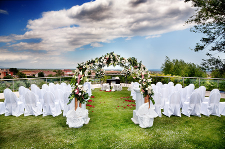 Ceremonia al aire libre. Decoración de eventos festivos Foto de archivo - 35070981