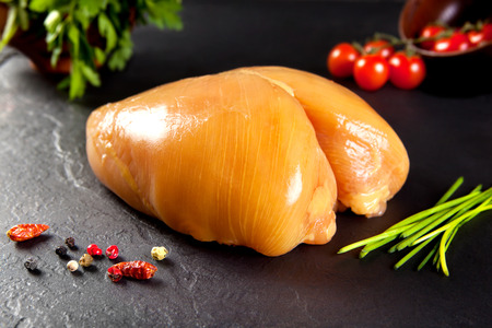Rauw en vers vlees. Hele kip zonder koken. Kip vogels gevoed gele maïs