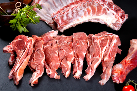 Fresh and raw meat. Uncooked ribs and pork chops, ready to grill and barbecue Standard-Bild