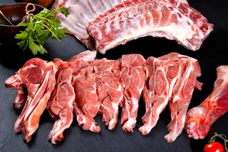 Vers en rauw vlees. Ongekookt ribben en karbonades, klaar om grill en barbecue