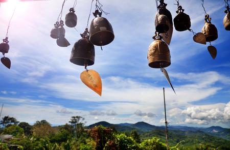 Rij van gouden klokken in boeddhistische tempel. Achtergrond van bergen in Azië, Thailand