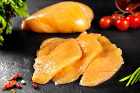 Frisches und rohes Fleisch. Filets von Hähnchenbrust oder Puten bereit zu kochen. Standard-Bild - 50206671