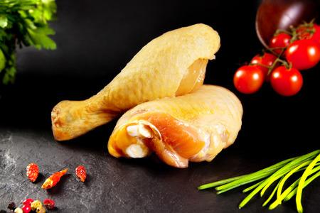 Frisches und rohes Fleisch. Raw Hähnchenkeulen bereit zum Kochen. Noch Metzger. Schwarzer Schiefer Hintergrund Standard-Bild - 50206673